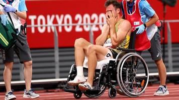 olympia 2021: miklas kaul humpelt mit blutendem fuß aus dem stadion