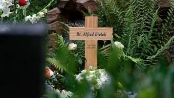 urne mit der asche von alfred biolek in köln beigesetzt