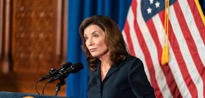 kathy hochul übernimmt nach skandal um andrew cuomo das gouverneursamt in new york
