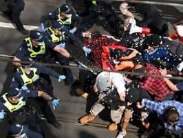 mehr als 200 festnahmen: corona-demo in melbourne gipfelt in gewalt