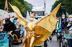 Demonstrationen: Verregnetes Berlin: Nur wenige kommen zu Tanzdemo