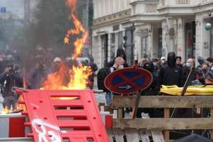 Brennende Barrikaden nach linker Demonstration in Leipzig