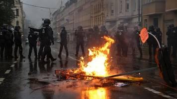 Demonstration: Demo in Leipzig - Steinwürfe und brennende Barrikaden