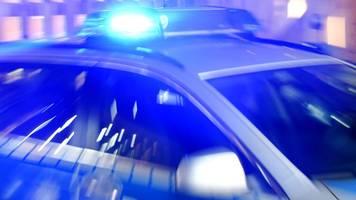 Partygäste greifen Polizisten an: Verletzte und Festnahmen