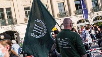 würzburg: neonazi-partei wirbt mit leichenpuppen