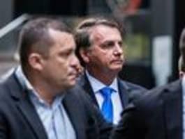 Ungeimpfter Bolsonaro muss Pizza auf dem Bürgersteig essen
