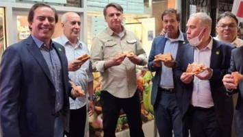 Luxusdinner in New York: Ungeimpfter Bolsonaro isst Pizza auf dem Bürgersteig