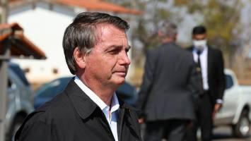 """Will als """"letzter Brasilianer"""" geimpft werden - Bolsonaro isst Pizza auf dem Bürgersteig, weil er ungeimpft nicht ins Restaurant kommt"""