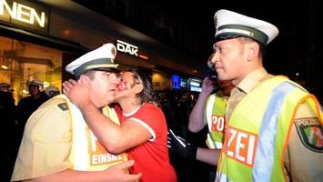 """buch """"mittendrin"""" von volker lange - """"papa macht neu"""": als polizist sterbenden jungen im arm hält, kommen ihm die tränen"""