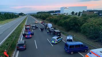 mutmaßliche geiselnahme: menschen in bus bedroht - festnahme nach großeinsatz auf a 9