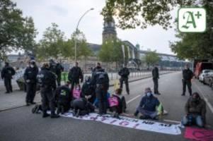 Extinction Rebellion: Verkehrschaos: Aktivisten kleben sich am Hauptbahnhof fest