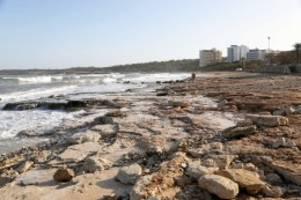 insel: unwetter auf mallorca: zwei strände weggespült - meer braun