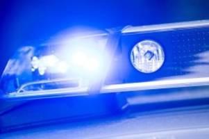 Verkehr: Auto überschlägt und bleibt in Graben liegen: Vier Verletzte