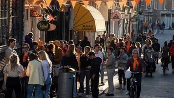 Corona-Pandemie - Niederlande: Ende von 1, 5-Meter-Regel - Umstrittener Pass