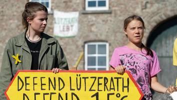 Unweit von Merkel und Laschet - In einem verlorenen Braunkohle-Dorf rammt Greta ihren Aufruf zum Klimakampf in den Boden