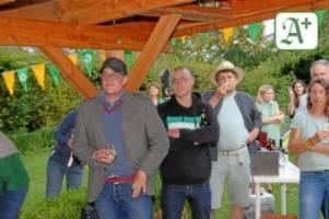 Bundestagswahl: Gartenparty mit Weißwein und fiebern auf die Ergebnisse