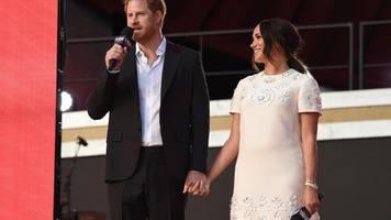 Harry und Meghan Händchen haltend beim Live-Konzert