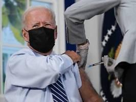 US-Präsident witzelt dabei: Biden erhält dritte Impfung vor Kameras