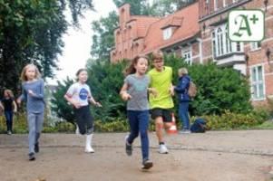 katholische schule: schüler laufen für flutopfer und bienenkästen