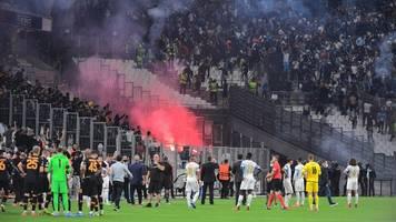 europa league: eklat in marseille – fußballfans bewerfen sich mit fackeln
