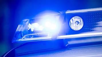 reifenbrand in rigaer straße: feuerwehr unter polizeischutz
