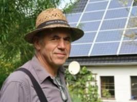 erneuerbare energien: ein windrad im garten