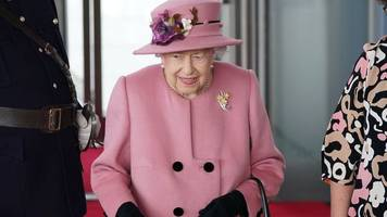Royals - Mit Gehstock: Queen eröffnet walisisches Parlament