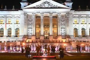 Netz-Debatte über Zapfenstreich mit Fackeln vor Reichstag