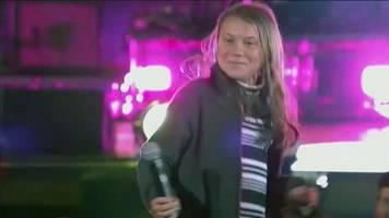 greta thunberg überrascht mit gesangseinlage bei klima-konzert in stockholm