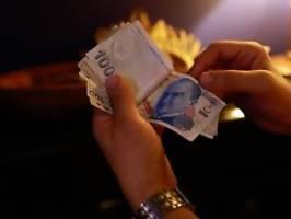 Überraschung der währungshüter: türkische notenbank kappt leitzins stark