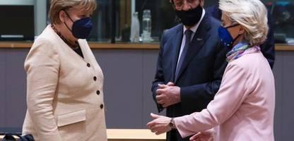 Angela Merkel beim EU-Gipfel: Eine Faust für Ursula von der Leyen