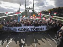 ungarn: orbán lässt anhänger mit hunderten bussen zur demonstration bringen