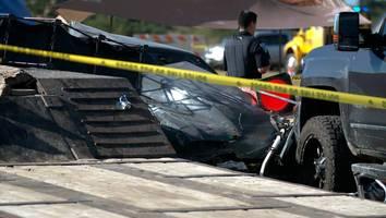 Schrecklicher Unfall - Fahrer kommt bei Autorennen von Fahrbahn ab und tötet zwei Kinder